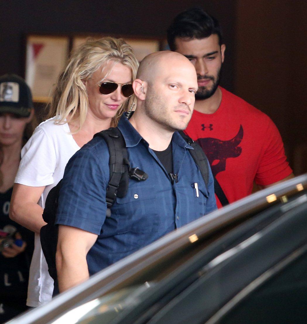 美國女歌手布蘭妮(Britney Spears,左)11日天搭乘私人飛機來台,並...