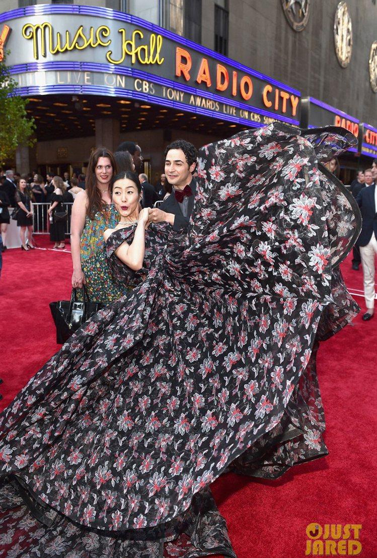 劉雯選擇Zac Posen的深色蓬裙,和設計師本人一同現身東尼獎會場,個性超活潑...