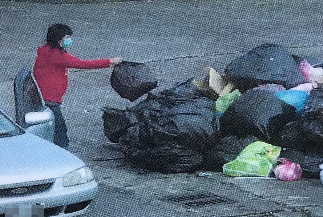 瑞芳區漁會把亂丟垃圾的「現行犯」照片,全都公布出來,記者吳淑君/翻攝