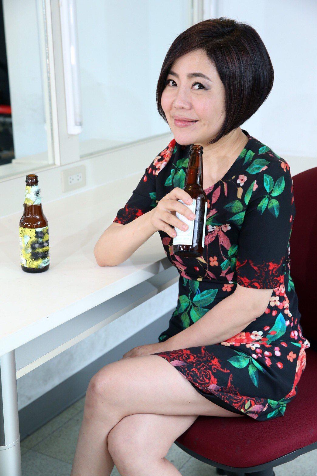 于美人試喝啤酒。記者陳瑞源/攝影 ※ 提醒您:禁止酒駕 飲酒過量有礙健康