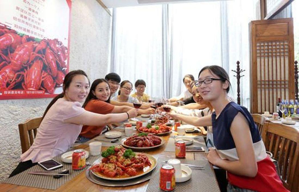 畢業季來臨,河南鄭州一個土豪班長請全班女生吃龍蝦。(取材自重慶晚報網)