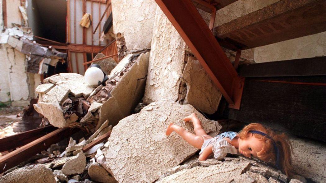 1994年北嶺大地震,北嶺Meadows公寓的一樓被壓陷,16人喪生。(洛杉磯時...
