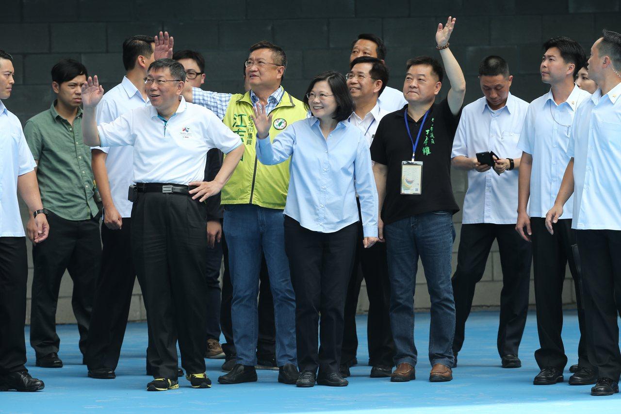 蔡英文總統(中)與台北市長柯文哲(左)共同來到世大運網球場參訪,並向比賽工作人員...
