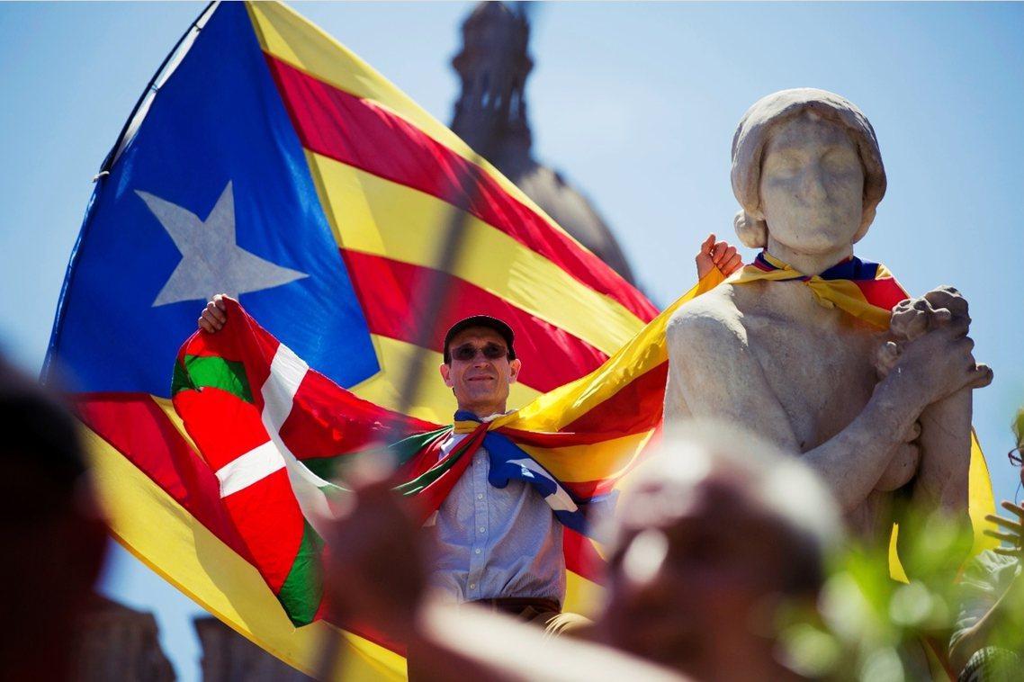 加泰隆尼亞獨派團體11日也在巴賽隆納街頭號召了近5萬人力挺建國。 圖/美聯社