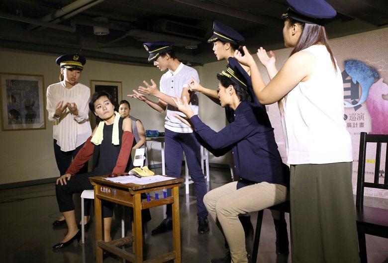 圖為障礙閱讀舞台劇「魚‧貓」,這齣舞台劇改編自黃春明的兩則短篇故事,搭配著口語、...