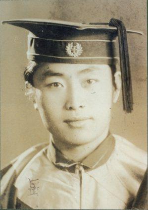 紀剛自述:「此片攝於民31年12月,時余畢業於遼寧醫學院22班,面容微笑,心境嚴...