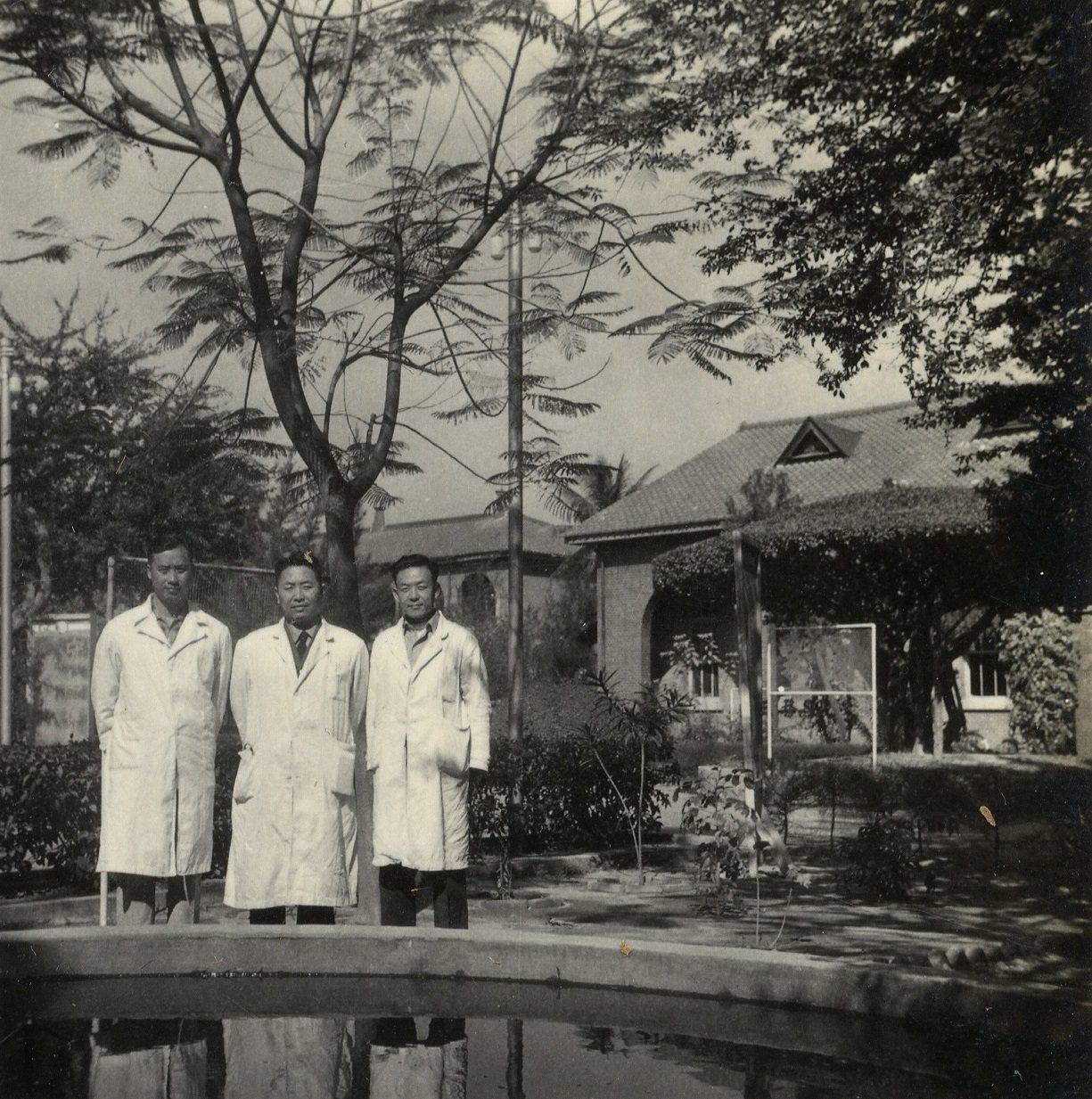 紀剛(中)與同事合影於陸軍第四總醫院。圖/趙婷女士提供