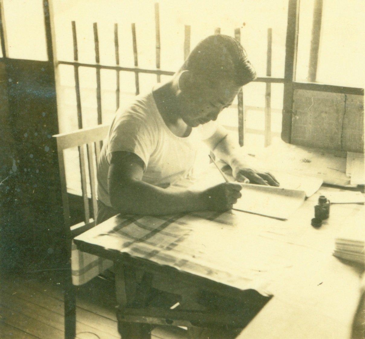 紀剛創作《滾滾遼河》初稿時振筆疾書的身影。圖/國立清華大學圖書館珍藏資料