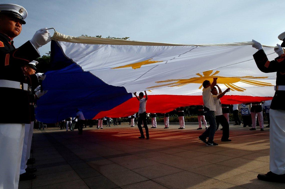 由於今年的國慶,正逢菲律賓南部馬拉維市的恐怖份子叛亂事件,原本歡樂的國慶活動也轉...