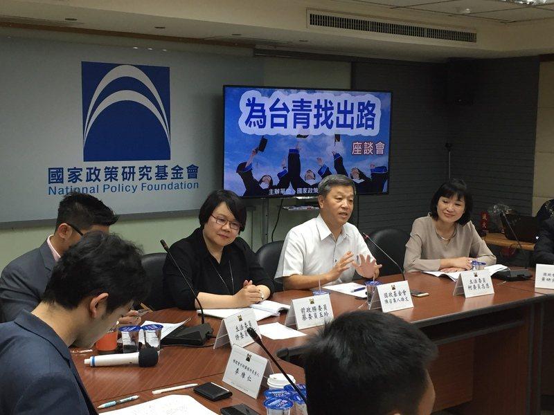 (左起)李維仁、許毓仁、蔡玉玲、陳雄文、柯志恩分析造成厭世代的主因。(photo...