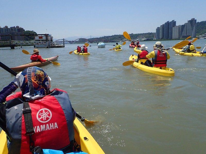 划著獨木舟觀賞淡水河鳥飛魚躍的生態風情。(圖片提供 水芙蓉咖啡)