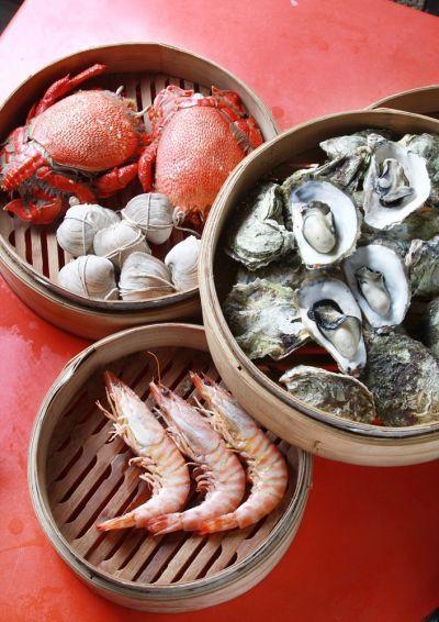 在賣魚阿琛吃海產,清一色都是用蒸籠料理。(陳德偉/攝)