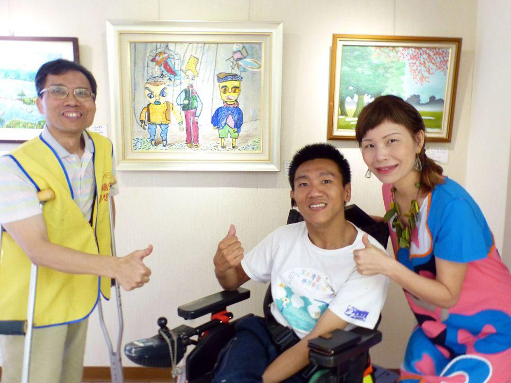 指導老師蔡啟海(左)、黃譓丞(右),與學員施宏達合影。記者趙容萱/攝影