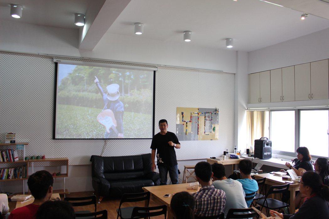 黃瑞仁自詡是一位說故事的「說書仁」,他擅長連結人與人之間的情感,透過影像,幫服務...
