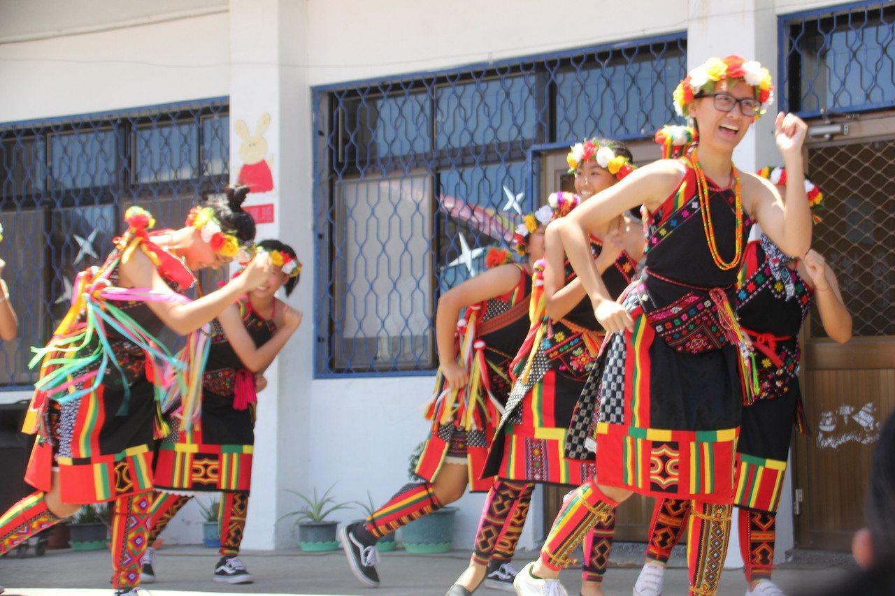 台東卡大地布婦女載歌載舞,慶祝天主堂落成啟用。圖/台東縣政府提供