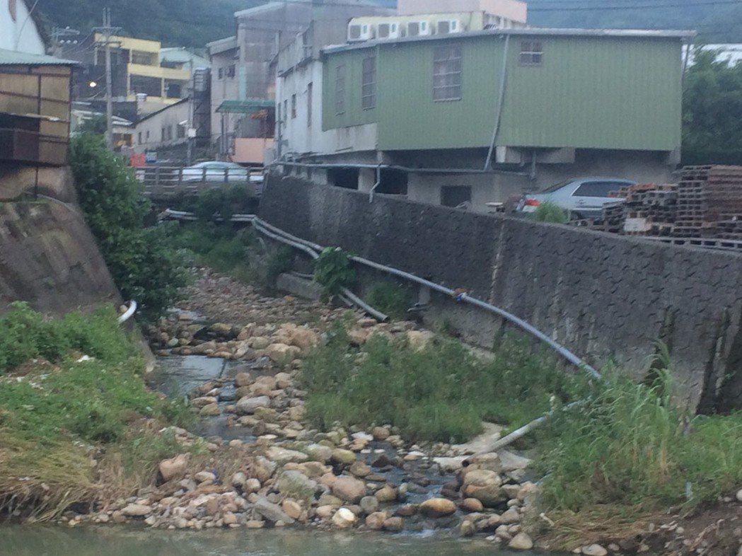 新北市五股坑溪排水管林立。圖/李婉鈺團隊提供