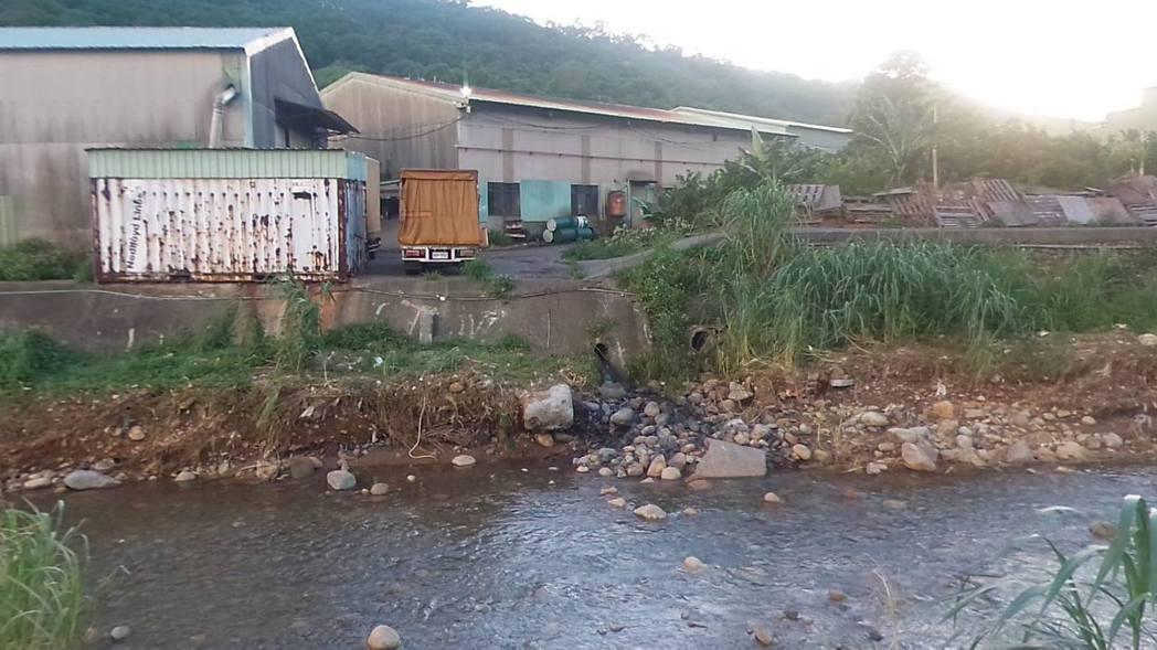 新北市五股坑溪排水孔外的石頭已被染到變成黑色。圖/李婉鈺團隊提供