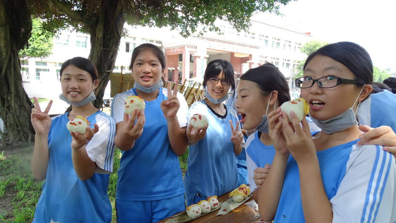 畢業生發揮創意推廣米食文化。 記者謝進盛/攝影