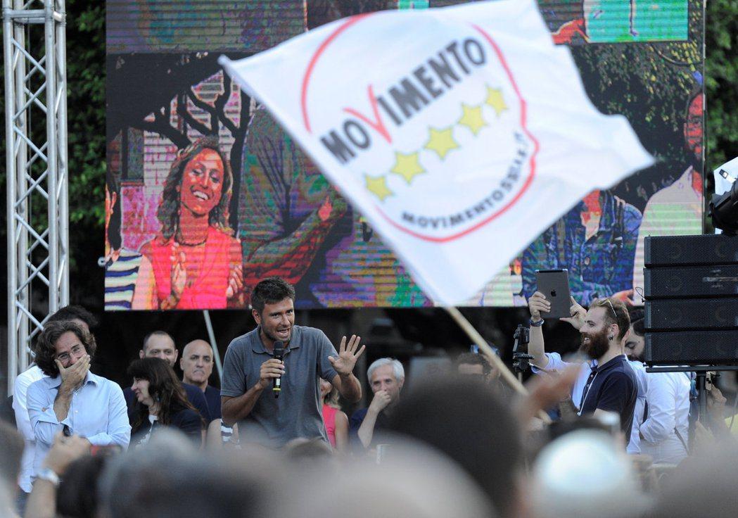 義大利市長選舉11日舉行首輪投票,民粹政黨「五星運動」慘敗。圖為五星運動的市長候...