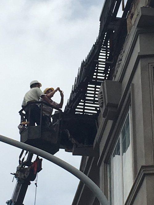 土城海霸王屋頂外牆裝飾昨天深夜突然崩落,工務局會勘確認崩落部分疑似外加違建,已要...