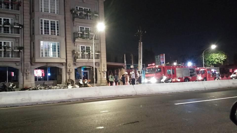 土城海霸王屋頂外牆裝飾昨天深夜突然崩落,餐廳外的路面散落碎裂建材,警消人員也趕往...