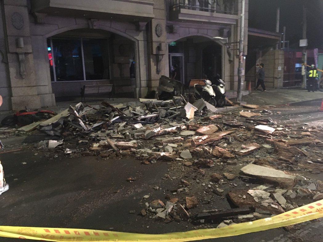 土城海霸王屋頂外牆裝飾昨天深夜突然崩落,餐廳外的路面散落碎裂建材。圖/新北市工務...
