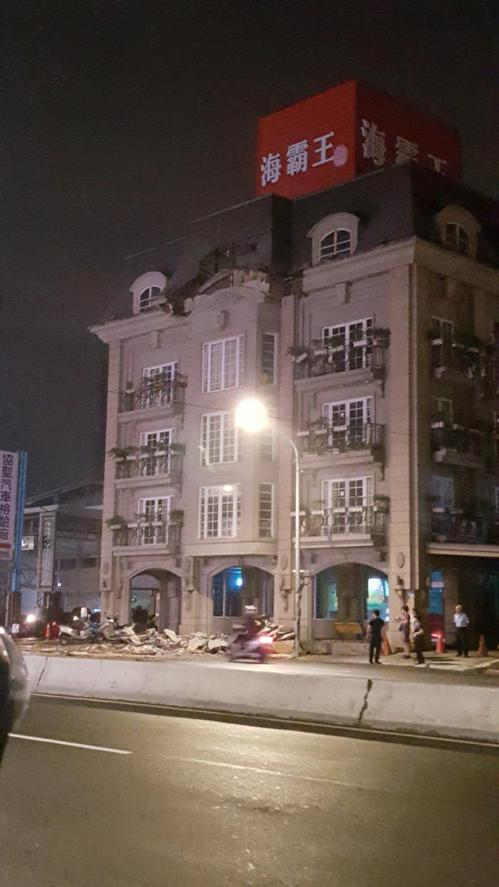 土城海霸王屋頂外牆裝飾昨天深夜突然崩落,餐廳外的路面散落碎裂建材。圖/翻攝自爆料...