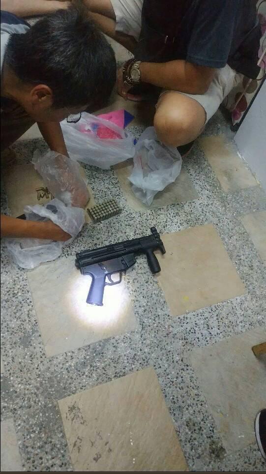 台中市要命小方之子遭擄案,刑事局中打昨逮回涉案主嫌涂男等3人,查獲衝鋒槍、子彈、...