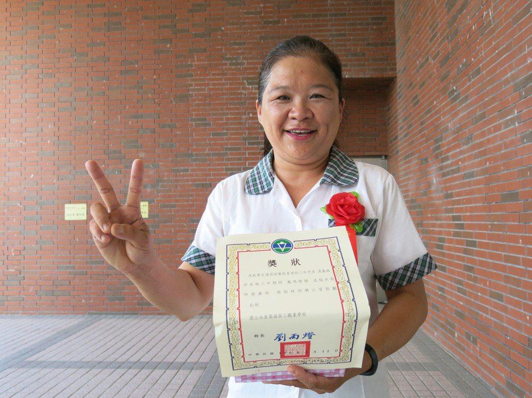 50歲的湯鳳娥曾是水里鄉民代表,今年從水里商工進修部餐飲科畢業。記者黑中亮/攝影