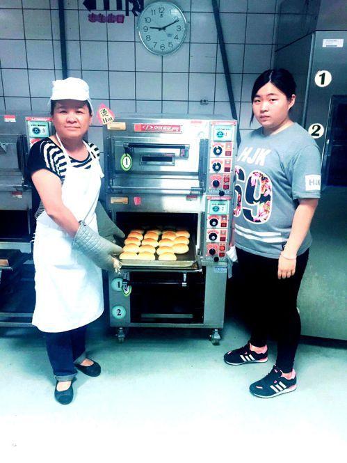50歲的湯鳳娥,曾是水里鄉民代表,今年終於從水里商工進修部餐飲科畢業。記者黑中亮...