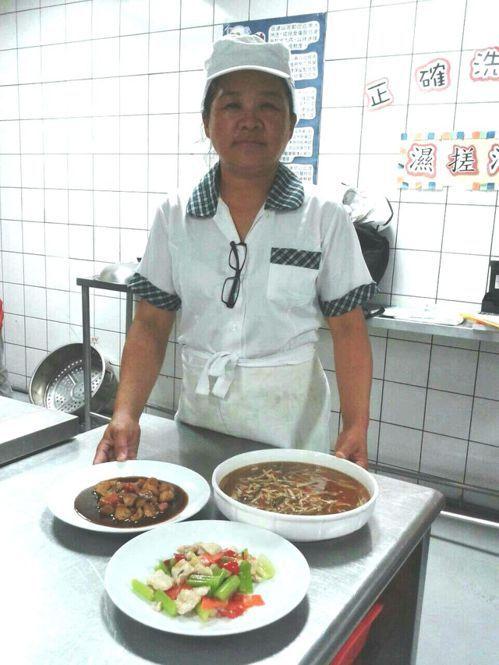 50歲的湯鳳娥曾是水里鄉民代表,今年從水里商工進修部餐飲科畢業。記者黑中亮/翻攝