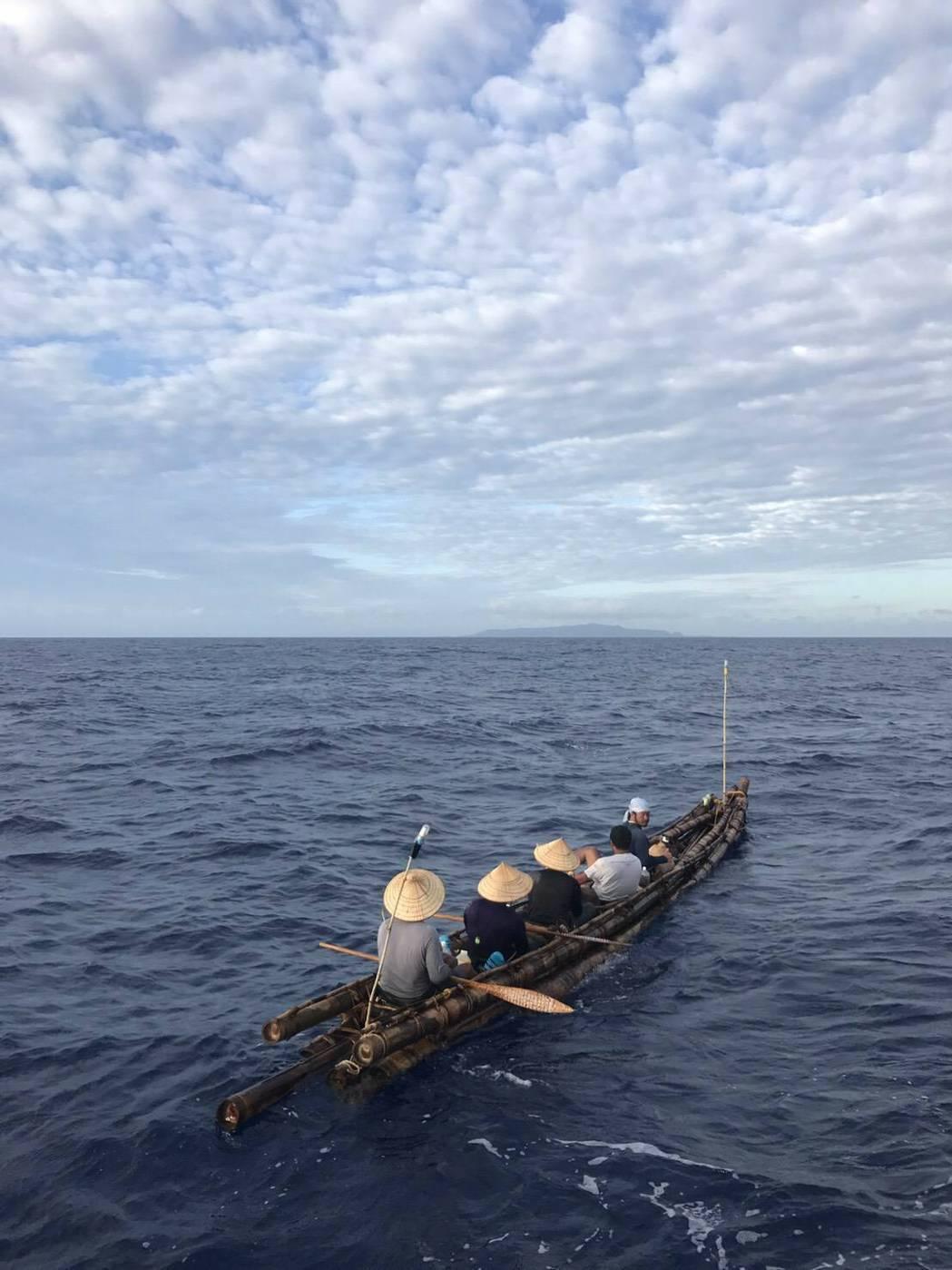 台日合作仿照3萬年前手法打造的古竹筏「IRA(伊拉)號」,昨天自台東大武漁港出發...
