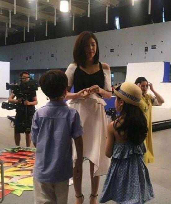 近日有網友貼出陳妍希與Hold住姐謝依霖同台錄製節目的側拍照片。圖/取自微博