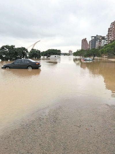日前豪大雨造成基隆河暴漲,台北市部分堤外停車場有許多車子泡水。圖/本報資料照