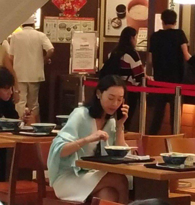 王靜瑩獨自一人在百貨公司美食區用餐。圖/讀者提供
