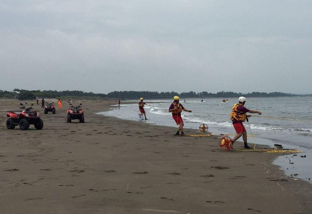 桃園市政府消防局第二救災救護大隊,今天上午結合巡第8岸巡總隊及民間救難團體,在永...