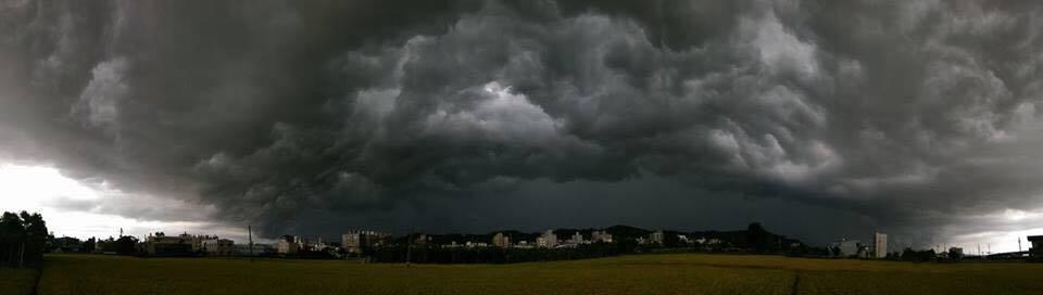 中部地區出現奇景雲。照片/摘自臉書
