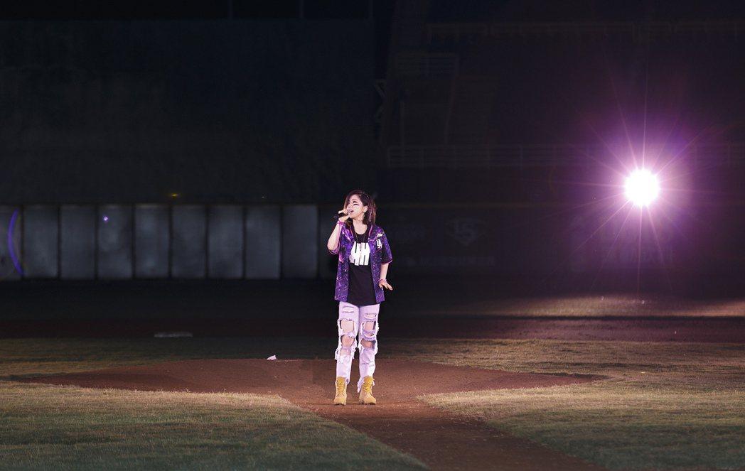 鄧紫棋昨鞥受邀在桃園開球開唱。圖/蜂鳥音樂提供