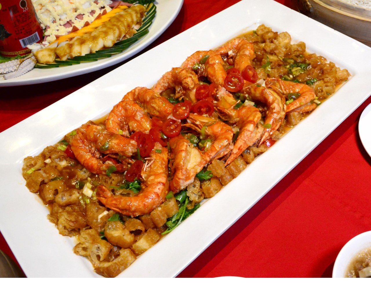 富貴紅燒蝦是林明燦的自創菜。圖/君品酒店提供