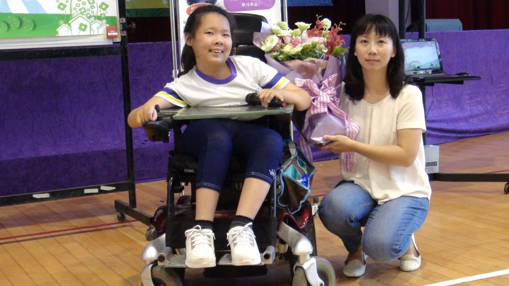 何汶欣要將得獎的榮耀獻給無微不至照顧她的媽媽賴姿伶。記者王慧瑛/攝影