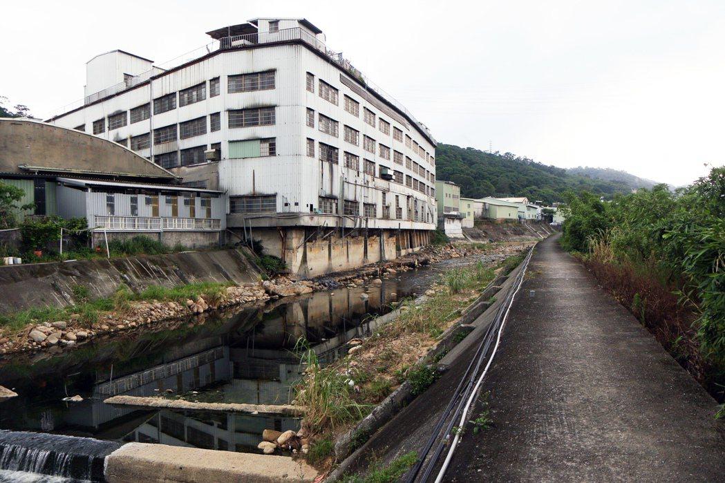 五股坑溪沿岸工廠林立,僅有6家合法工廠,不少工廠排放廢水導致河川「染黑」。記者王...
