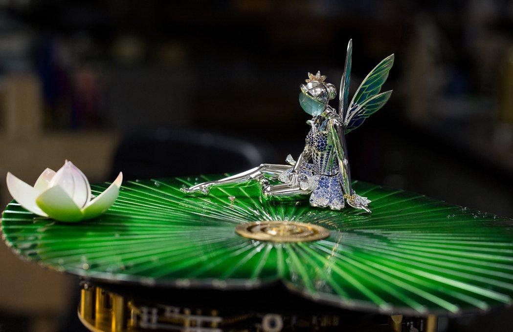 Fée Ondine鐘集結金工、珠寶、珐瑯和細木工藝,加上罕見的機械人偶裝置而...