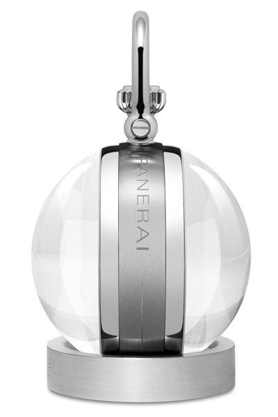 沛納海PAM00581座鐘外觀為球形礦物玻璃一方面可以保護鐘盤,同時在視覺上起到...