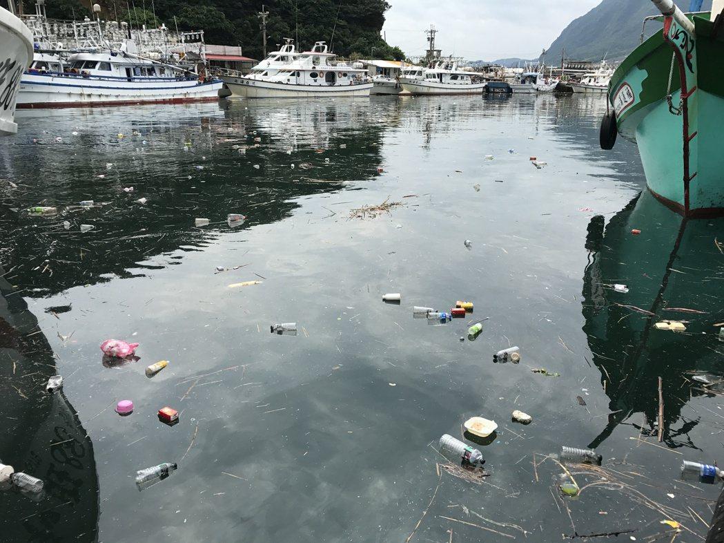日前才淨港,深澳漁港又見垃圾漂漂。記者吳淑君/攝影