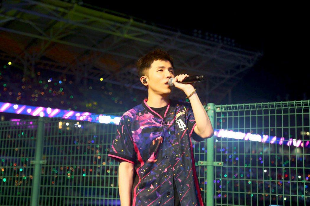 宋念宇(小宇)11日晚受邀參加「動紫趴」開唱。圖/華納音樂提供