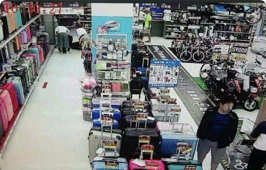 陳姓男子在大賣場偷錢遭逮。記者林孟潔/翻攝
