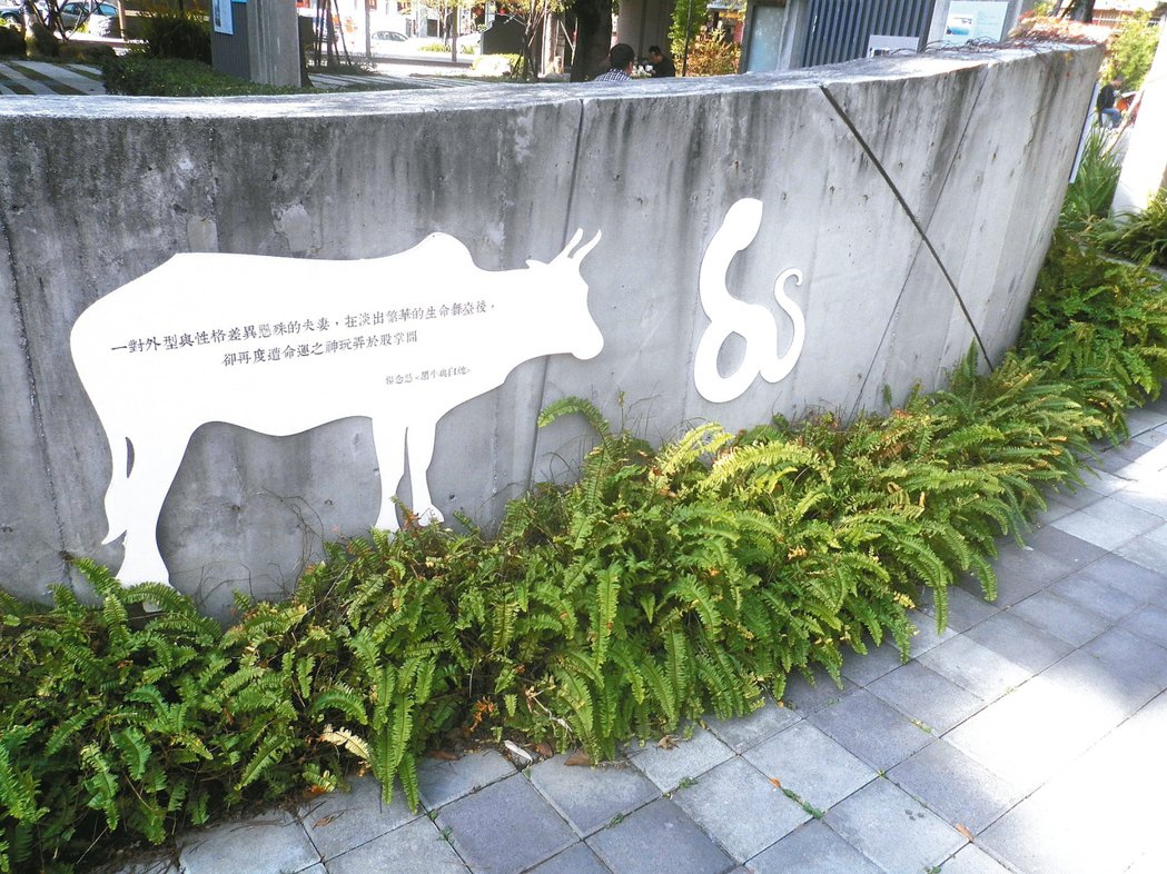 楊明的父親楊念慈的小說《黑牛與白蛇》以圖標的方式和其他台中作家的作品一起留在文學...