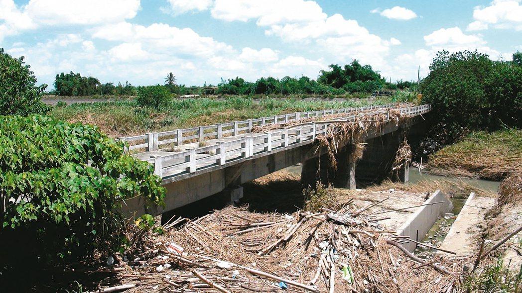 嘉義與雲林交界的善諸橋,2年前被列危橋,封橋後遲未重建。 記者謝恩得/攝影