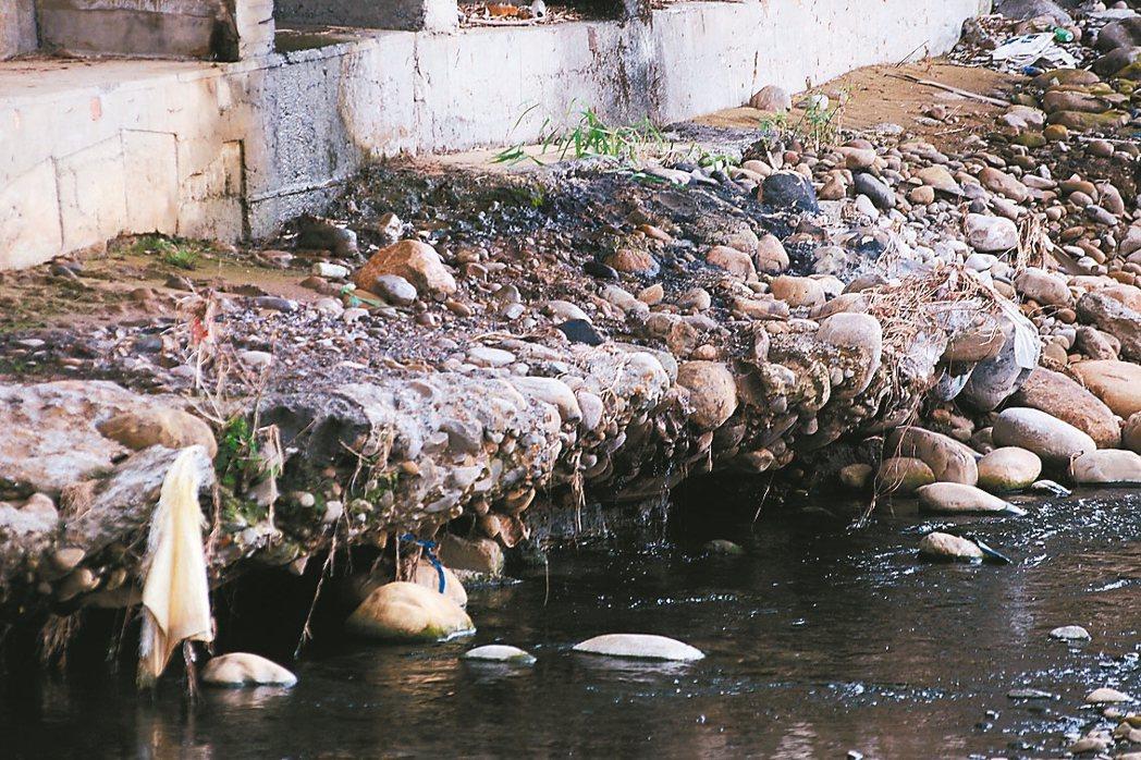 記者現場直擊,五股坑溪沿岸工廠林立,不少工廠排放廢水,導致河川「染黑」。 記者王...