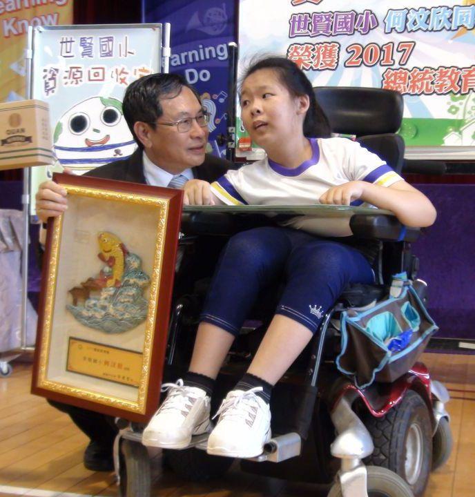 嘉義市長涂醒哲(左)昨天探視總統教育獎得主何汶欣,肯定她熱愛生命的精神。 記者王...
